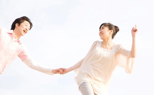 男性の手を引っ張りながら走る女性