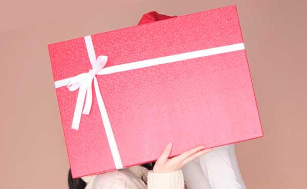 プレゼントに隠れるカップル