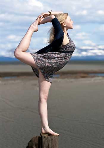 片足で自立している女性