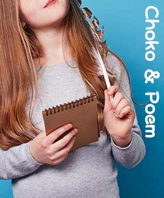 ノートとペンを持って詩を考える女性