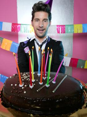 ワンホールのチョコレートケーキにがっちり引く男性