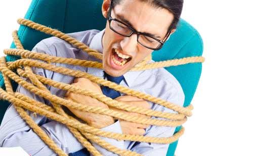 椅子に縛られ身動きが取れない男性