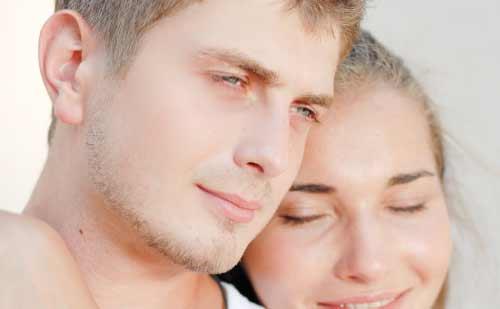 真剣な表情の男性と寄り添う女性