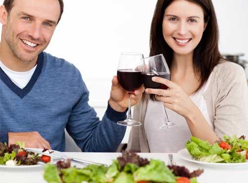 サラダを食べるカップル