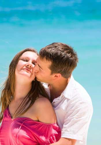 海でキスするカップル