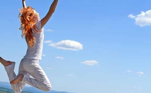 空に向かってジャンプする女性