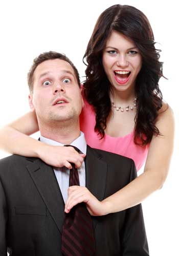 男性のネクタイを触る女性