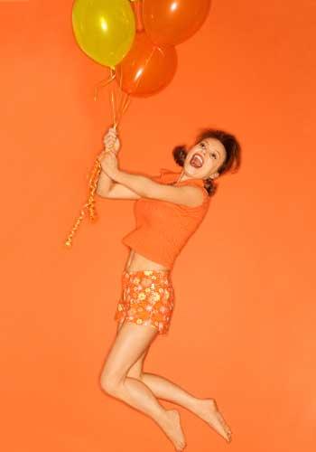 風船で浮かぶ女性
