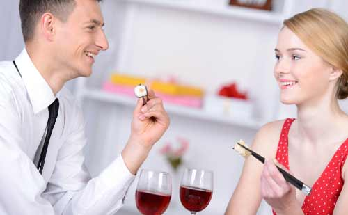 笑顔で食事を楽しむ男性と女性