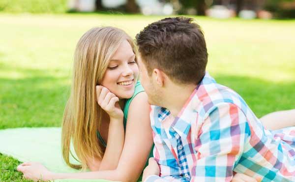 草原で会話するカップル