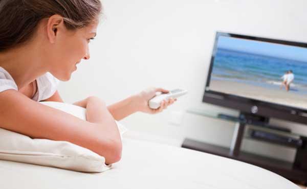 テレビを見る女性