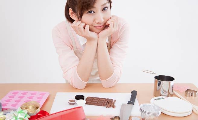 チョコレートを手作りする女性