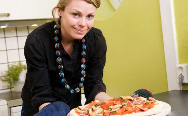 ピザのカロリーを気にする女性