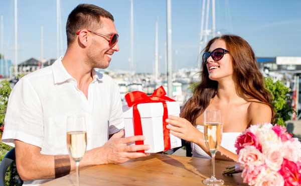 プレゼントを選ぶカップル