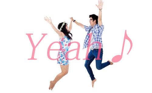 手を繋いだまま喜びをジャンプで表現してるカップル