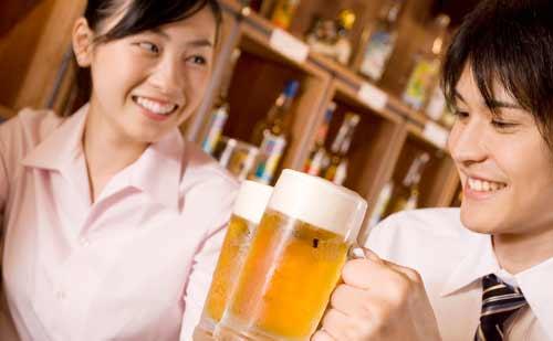 ビールジョッキで乾杯するカップル