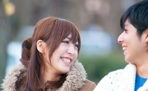笑顔で話し合うカップル