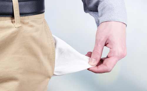 ポケットの中身を引っ張る男性