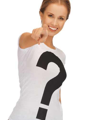 はてなマークのtシャツを着てこちらを指さす女性