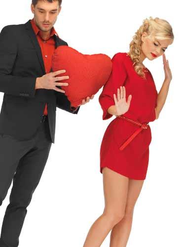 ハートマークを抱える男性と後ろ向きの女性
