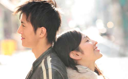背中合わせで笑顔のカップル