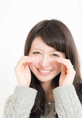 微笑みながら泣く女性