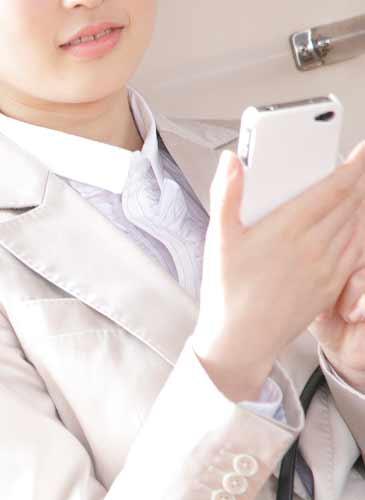 スマートフォンを持っている女性