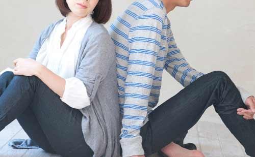 背中合わせで座るカップル