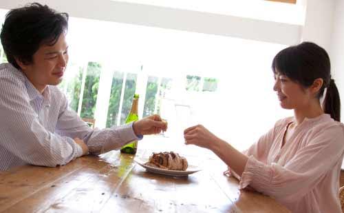 楽しそうに食事をするカップル