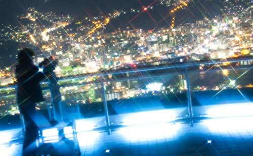百万ドルの函館の夜景を見ながら抱き合うカップル