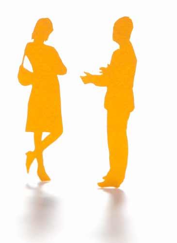言い訳をしている男性と女性のシルエット