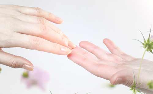 離れる男女の手