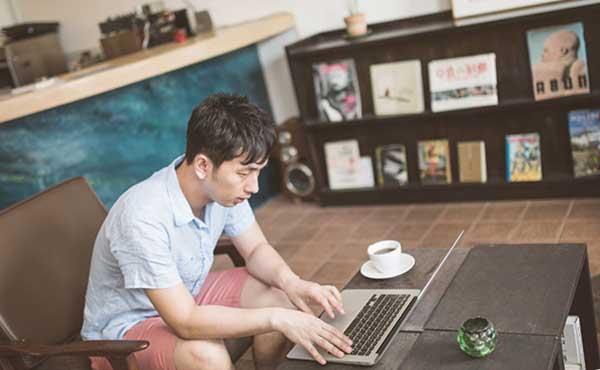 行きつけのカフェで寛ぐ行動範囲がわかりやすい男性