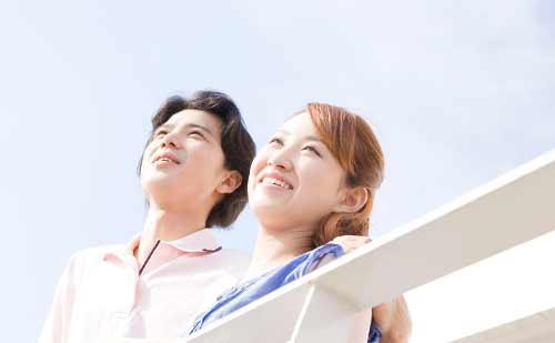 上を見上げるカップル