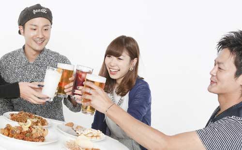 乾杯する大学生の男女