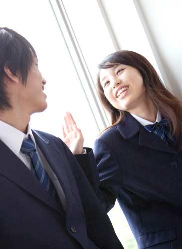 楽しそうに会話する学生
