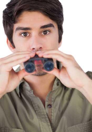 双眼鏡でこっちを見る男性