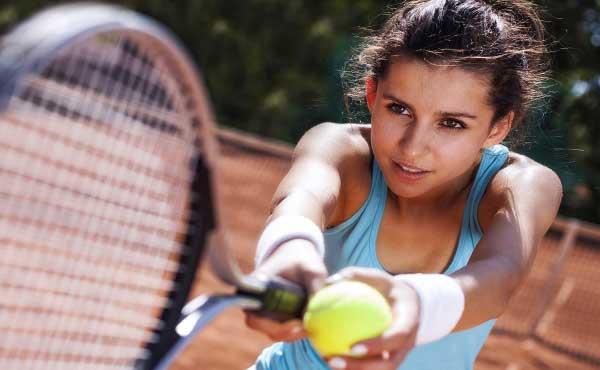 テニスを趣味に始めた女性