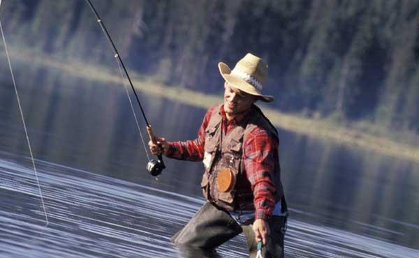 釣りをする男