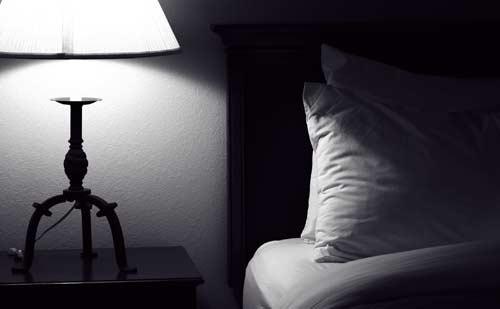 夜中のベッドサイド