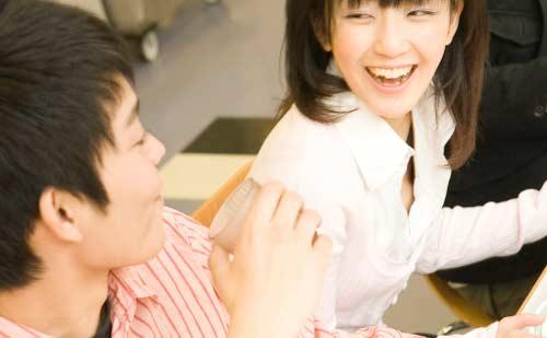 笑顔で男性と会話を楽しむ大学生