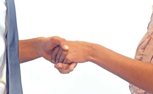 男性と女性の握手する手