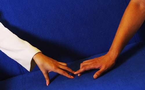 手をつなぎたそうにしている男女の手