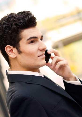 電話をずっと続ける男性