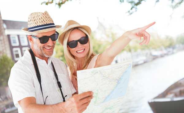 旅行の計画を実行するカップル