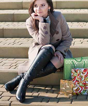 ロングブーツを履いてる買い物途中の女性