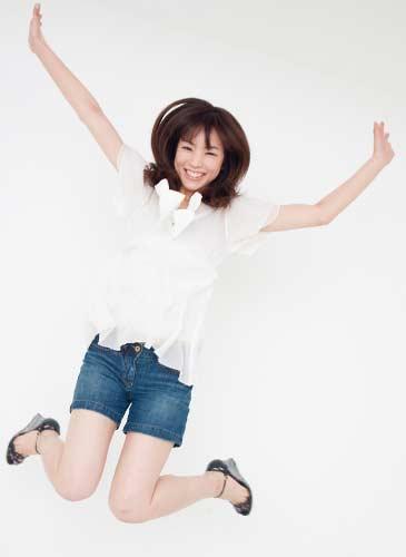 嬉しそうにジャンプする女性