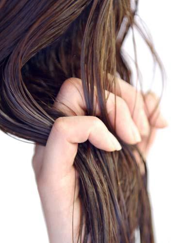 湿った髪の毛を触る手