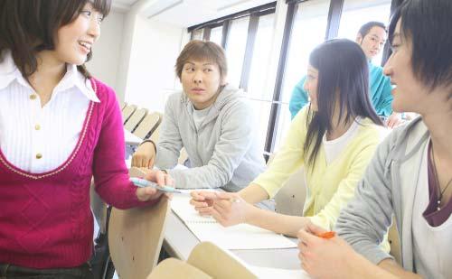 教室で会話する男女