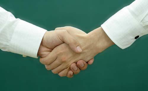 握手する男女の手